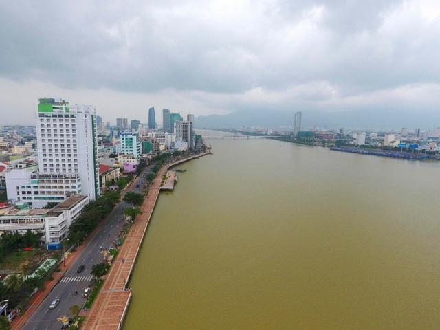 Một bên là sông Hàn thơ mộng, tuyến đường Bạch Đằng và nhà cao tầng