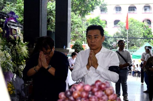 NSƯT Tạ Minh Tâm rưng rưng thắp nén nhang và lời tiễn biệt thầy lần cuối