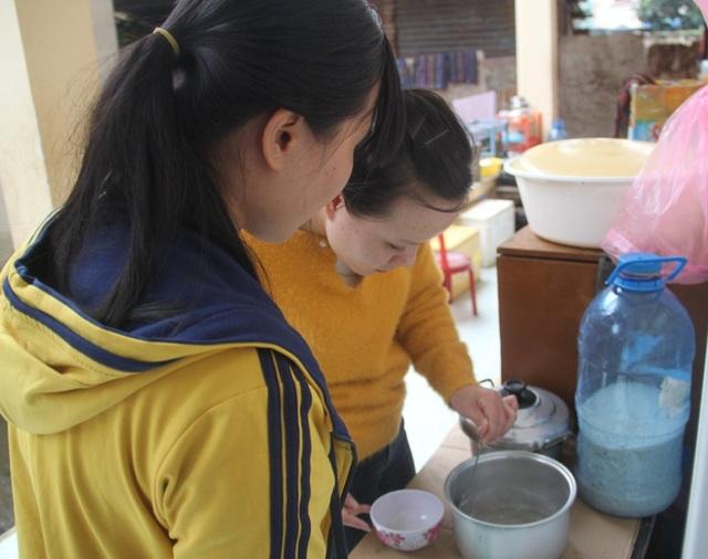 Em Trần Thị Ngọc (ở thị trấn Tam Quan, huyện Hoài Nhơn) đang nấu đồ ăn chăm mẹ chạy thận đang ở tại khu dà lưu trú