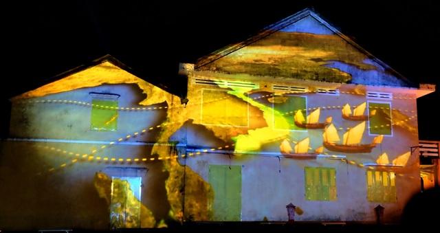 Lễ hội ánh sáng lần đầu tiên được tổ chức ở Hội An khai mạc trong đêm giao thừa Tết nguyên đán Đinh Dậu.