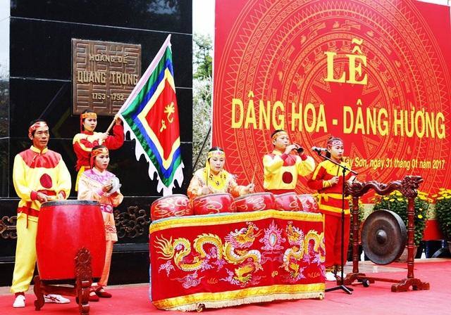 Nghi thức lễ dâng hoa, dâng hương Tượng Hoàng đế Quang Trung