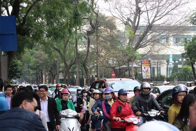 Người Hà Nội tấp nập đi chùa, đường phố ùn tắc kéo dài - 7