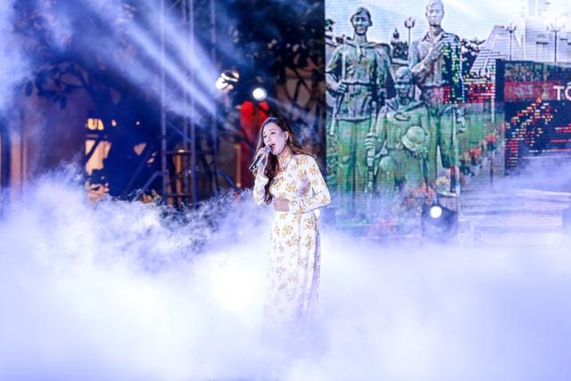 Lựa chọn trang phục của cô toát lên vẻ nhẹ nhàng, thanh lịch, nữ ca sĩ hát bài Miền xa thẳm, một ca khúc quen thuộc và nổi tiếng về tình yêu Tổ quốc lồng trong tình yêu đôi lứa.