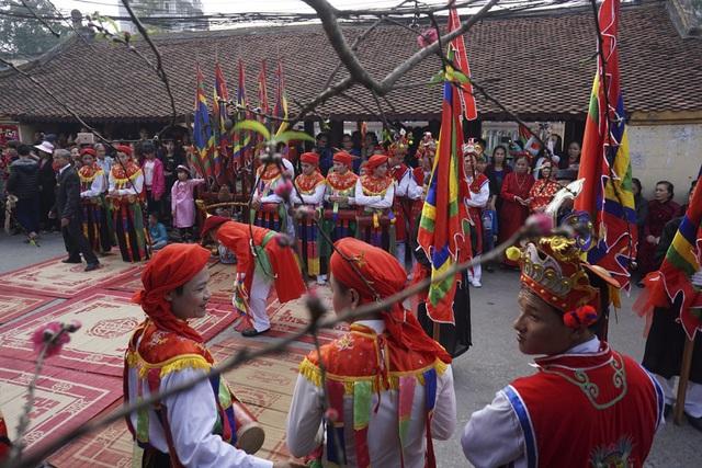 Đội kỹ nữ 12 người của điệu múa đĩ đánh bồng tham gia đoàn rước.