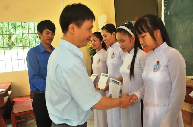 Ông Nguyễn Tiến Việt – Trưởng đại diện Công ty Grobest Việt Nam tại Kiên Giang trao học bổng cho các em học sinh trường THPT Vĩnh Bình Bắc