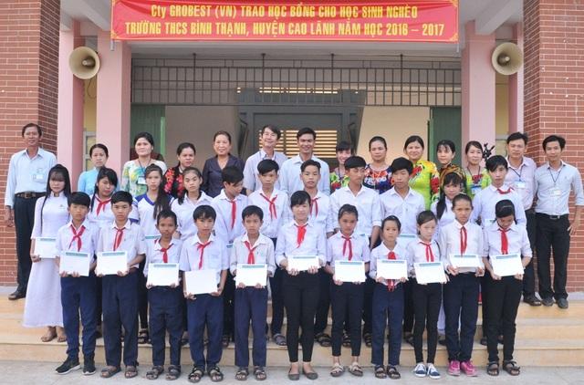 Thầy và trò trường THCS Bình Thạnh rất vui mừng nhận các suất học bổng của Công ty Grobest Việt Nam