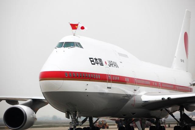 Chuyên cơ của Nhà vua mang cả cờ của Nhật Bản và Việt Nam tại vị trí đỗ được bố trí trên sân bay Nội Bài.