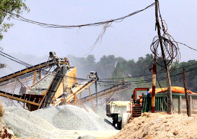 Bên trong công trường một mỏ khai thác đá trong cụm mỏ đá Tân Đông Hiệp.