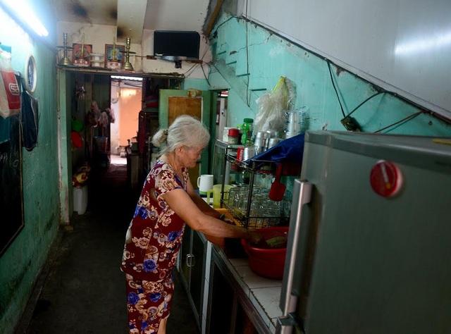 Bà Phạm Thị Lệ (76 tuổi), sống hơn 40 năm ở chung cư Ngô Gia Tự, quận 10, chia sẻ: Tôi sống từ nhỏ tới lớn ở đây quen rồi, lại thuận tiện cho việc buôn bán nên không muốn chuyển đi đâu. Nhưng nếu nhà nước thu hồi lại để sửa thì cũng mong sắp xếp chỗ ở cho gia đình tôi.