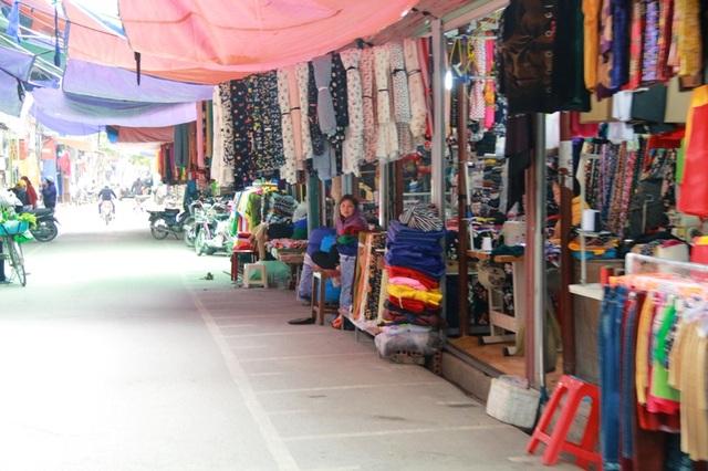 Cả tuyến đường vỉa hè bị xẻ thịt dựng ki ốt bán hàng vải, quần áo...