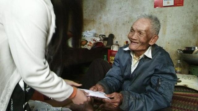 Kỷ niệm mà Phương nhớ và vui nhất trong thời sinh viên là đã cùng các bạn giúp cụ Phan Hợi - cụ ông đã 90 tuổi vẫn hàng ngày đi bán kẹo kéo mưu sinh