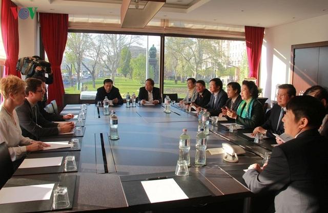 Kiều bào chào đón Chủ tịch Quốc hội Nguyễn Thị Kim Ngân thăm Hungary - 7