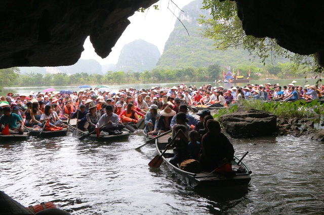 Lễ hội Tràng An được tổ chức đi trên sông Ngô Đồng theo đường số 2 về với đền Trần trong khu du lịch Tràng An. Thuyền sẽ qua nhiều hang động kỳ vĩ với vẻ đẹp hoang sơ. Tràng An là vùng lõi của cố đô Hoa Lư, nơi đây xưa kia đường là sông, núi là thành, hang là cung điện.