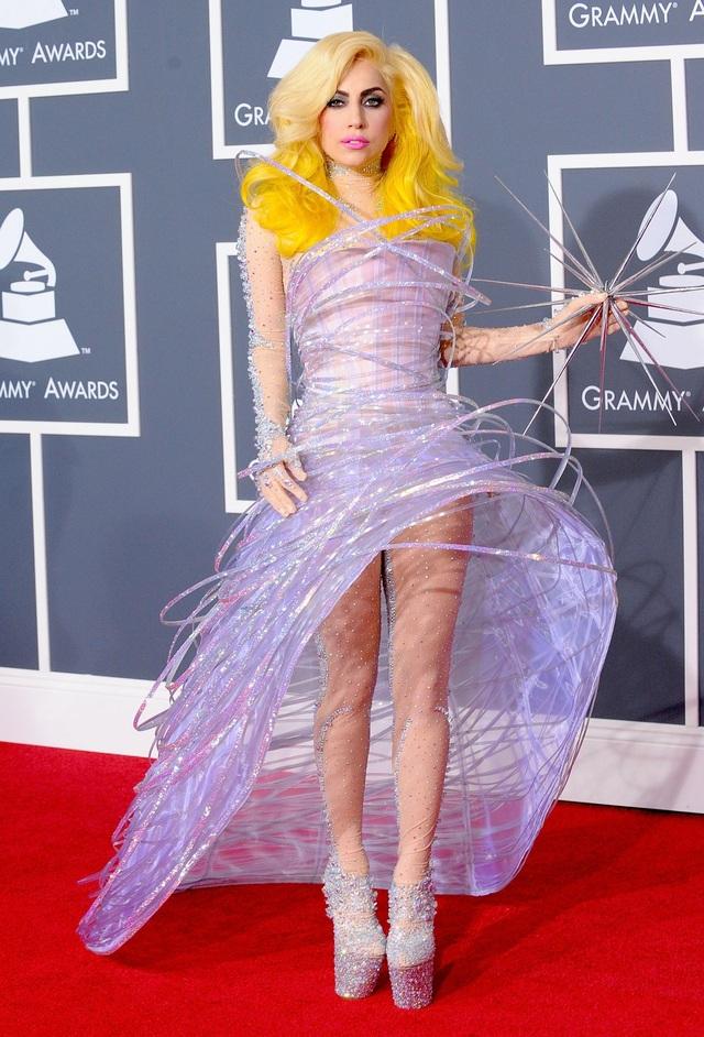 Đến năm 2010, Lady Gaga bắt đầu gắn bó với những đôi giày cao lênh khênh. Trong ảnh là khi cô tham dự lễ trao giải Grammy 2010, Lady Gaga lựa chọn bộ trang phục mang hơi hướng… vũ trụ.