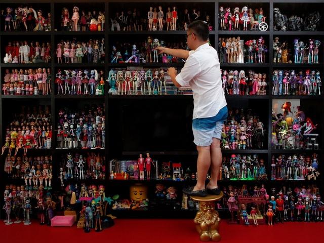 Ở Singapore, anh Jian Yang được biết đến là chủ nhân của… 6.000 búp bê Barbie.