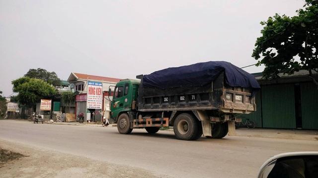Xe tải này không chỉ có dấu hiệu chở quá tải mà còn chở quá chiều cao quy định.