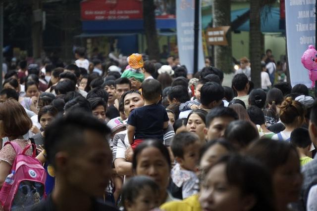 Người đông kín các con đường đi bên trong công viên Thủ Lệ.