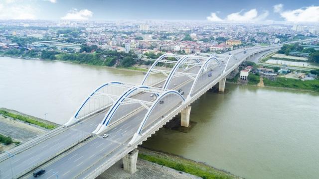 Cầu Đông Trù rộng 55m, dài 1.240m, trong đó cầu chính dài 500m, được xây dựng theo kiểu vòm ống thép. Cầu chính thức khánh thành ngày 9/10/2014 sau 8 năn thi công.