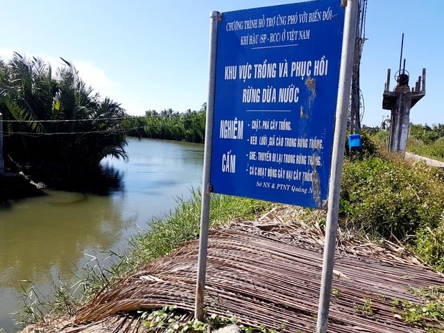Tấm biển ghi rõ ràng nhưng phía dưới người dân lại phơi lá dừa nước