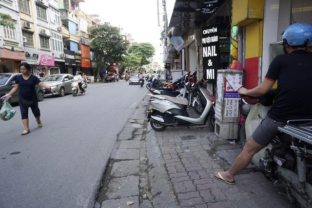 Phố Bạch Mai có mật độ dân cư đông đúc song một bên vỉa hè quá hẹp.