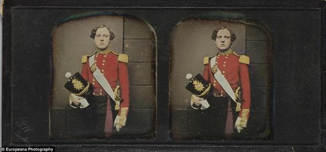 Phong cách chụp ảnh chân dung hồi thế kỷ 19 ở Châu Âu. Bức ảnh chụp một quân nhân trẻ, được thực hiện bởi nhiếp ảnh gia người Anh T.R. Williams với những chữ cái đầu của tên chàng thanh niên có thể nhìn thấy ở góc trái bức ảnh.