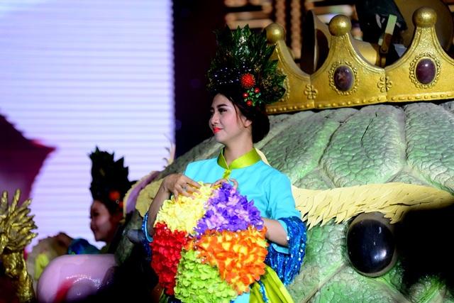 Khán giả phấn khích với cô tiên sắc màu diễu hành qua sân khấu chính.