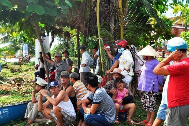 Rất đông người dân và du khách tập trung hai bên bờ sông Hoài xem biểu diễn