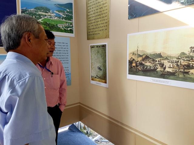 Đông đảo người dân xem triển lãm