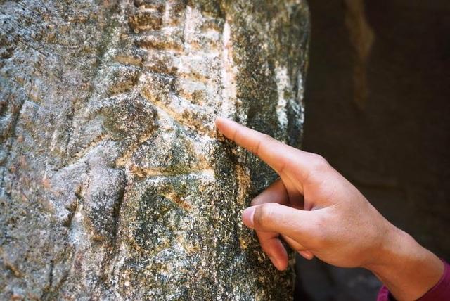 Nhiều ký tự chữ Hán cổ khắc trên đá cũng bị du khách bào mòn làm xấu xí đi nét cổ xưa, bên cạnh đó là làm thay đổi đi nguyên trạng của văn bản gốc.