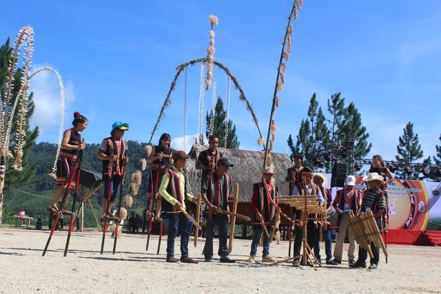 Các chàng trai, cô gái Gia rai biểu diễn đi cà kheo theo giai điệu nhạc cụ truyền thống