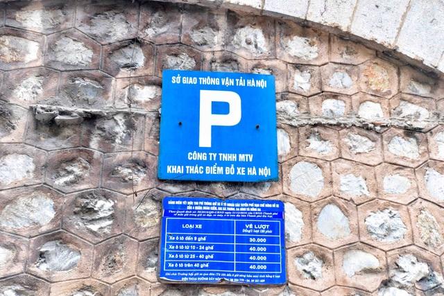 Biển báo điểm đỗ xe phía trước một đoạn cầu bịt kín trên phố Phùng Hưng.