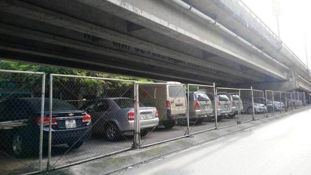 """Ninh Bình: Gầm cầu vượt bị """"xẻ thịt"""" biến thành bãi đỗ xe ô tô - 7"""