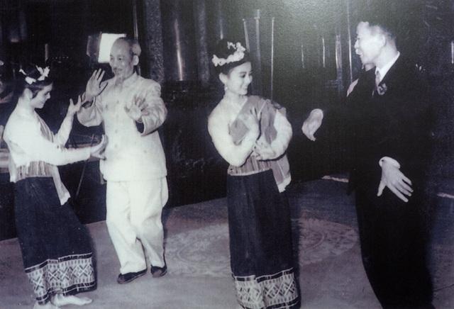 Chủ tịch Hồ Chí Minh cùng Quốc vương Lào Xỉ Xạ Vàng Vắt Thạ Na múa lăm-vông với các diễn viên Lào trong buổi lễ mừng Quốc vương thăm hữu nghị Việt Nam tại Hà Nội, ngày 12/3/1963.