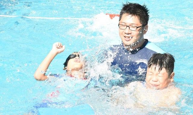Các kỹ năng xử lý trong trường hợp tiếp xúc với nước khi bị đuối nước, cứu người đuối nước… được các giáo viên hướng dẫn thông qua nhiều trò chơi, bài hát vui nhộn