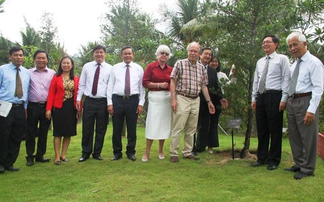 GS. Gerard 't Hooft chụp hình lưu niệm cùng lãnh đạo tỉnh Bình Định