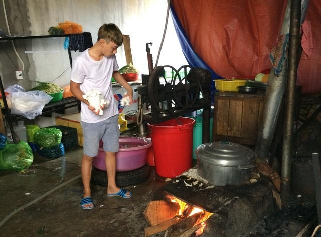 Điều làm thực khách thích món bún quậy làm sợi bún được làm ngay tại chỗ. Tuy nhiên khu vực này vấn đề vệ sinh chưa được đảm bảo