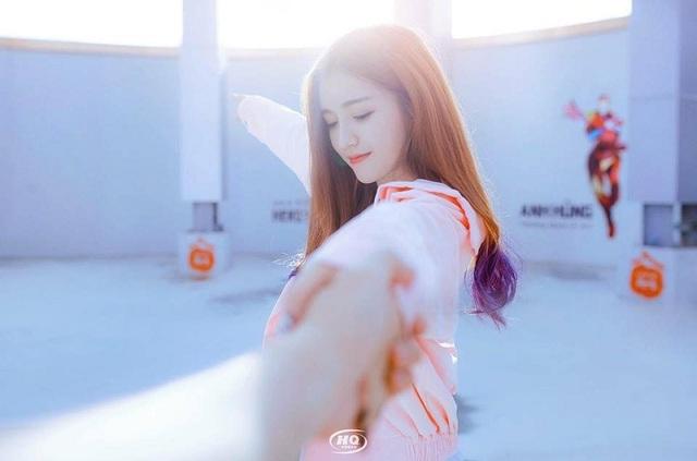 Những ngày gần đây, qua bức ảnh được chia sẻ trên mạng xã hội, Uyên đã nhận được sự quan tâm rất lớn từ cộng đồng mạng. 9x được nhận xét sở hữu vẻ ngoài xinh xắn, đáng yêu với làn da trắng, khuôn mặt đẹp giống con gái Hàn Quốc.