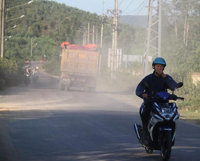 Người đi đường bịt mủi, nhắm mắt khi gặp đoàn xe chở đất này