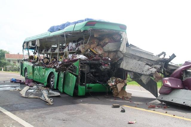 Xe khách giường nằm hư hỏng nặng sau khi đâm vào máy ủi trên xe đầu kéo