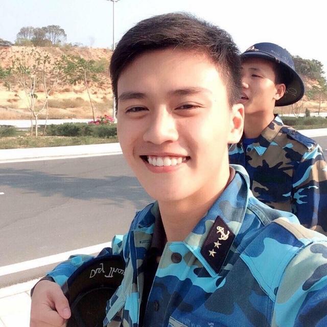 Thanh Nguyễn điển trai trong bộ quân phục hải quân