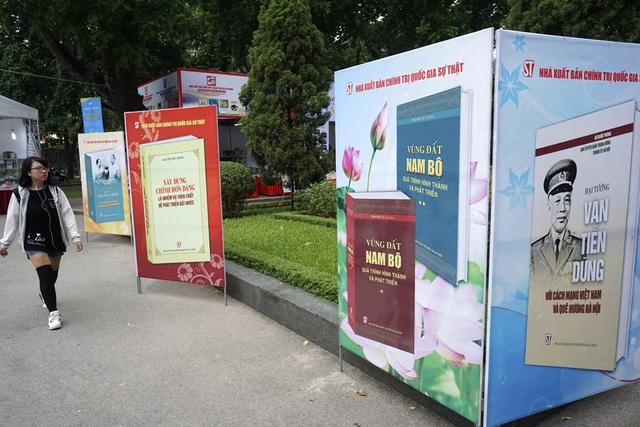 Các khu vực trưng bày và bán sách khá rộng rãi, được bố cục dọc theo cổng chính của công viên Thống Nhất.