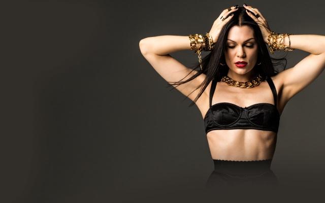 """Jessie J: Hồi năm 2014, bệnh tình thời bé của Jessie J bất ngờ quay trở lại, đó là chứng bệnh tim, cô buộc phải hoãn hàng loạt show tại Úc. Với một chứng bệnh nguy hiểm như vậy, nữ ca sĩ """"Domino"""" đã được các fan rất cảm thông, họ ủng hộ cô nghỉ ngơi tĩnh dưỡng, fan lo lắng cho Jessie J, và cô đã lên mạng để trấn an lại họ rằng chỉ cần mình được nghỉ ngơi thì sẽ ổn."""