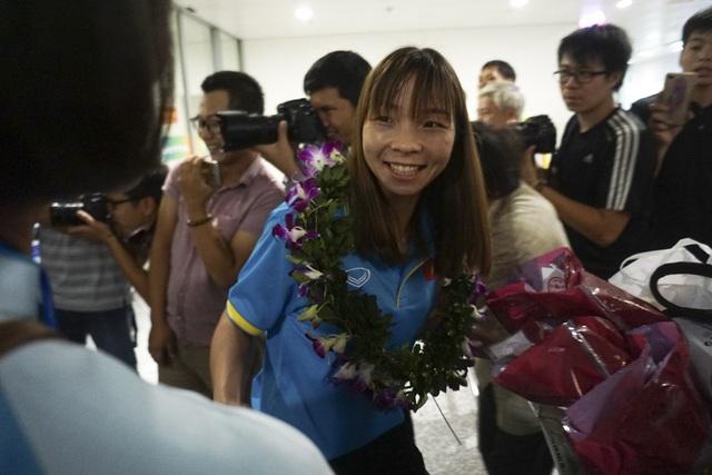 Những nụ cười rạng rỡ của các cô gái vàng trong vòng vây người thân, người hâm mộ khi họ vừa đặt chân về đến quê nhà.