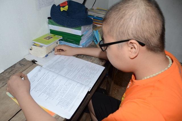 Dù rất mệt nhưng Mạnh vẫn lấy sách ở ôn bài, khát khao được tiếp tục đi học chưa bao giờ nguôi trong cậu bé này