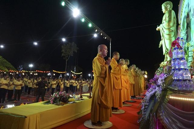 Lễ chính bắt đầu, các nhà sư cùng hàng nghìn Phật tử, người dân làm nghi lễ niệm Phật cầu gia bị.
