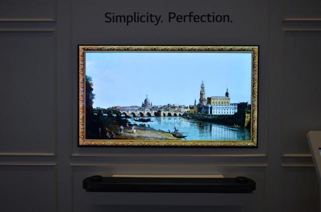 Với lợi thế về thiết kế của W7, TV được bài trí như một tác phẩm nghệ thuật đặc sắc