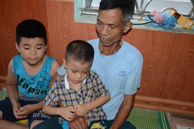 2 anh của bé Phương Linh, ở quê nhà cũng ngày đêm trông ngóng cho em gái chóng khỏi bệnh