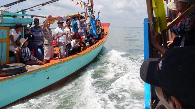Đi gần thuyền lễ với ngư dân là một điều rất may mắn