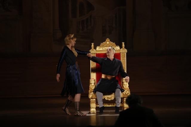 Hoàng hậu Frédégonde quyến rũ ma mị khiến vua Hilperic mê mẩn. Bi kịch cổ điển được dựng lại từ một câu chuyện có thật trong lịch sử nước Pháp. Toàn bộ vở diễn dài hơn hai 120 phút được hát bằng tiếng Pháp, với sự tham gia của nhạc trưởng người Pháp Patrick Souillot, đạo diễn, biên đạo, chuyên gia hướng dẫn ngôn ngữ và một dàn diễn viên nghệ sĩ Pháp.