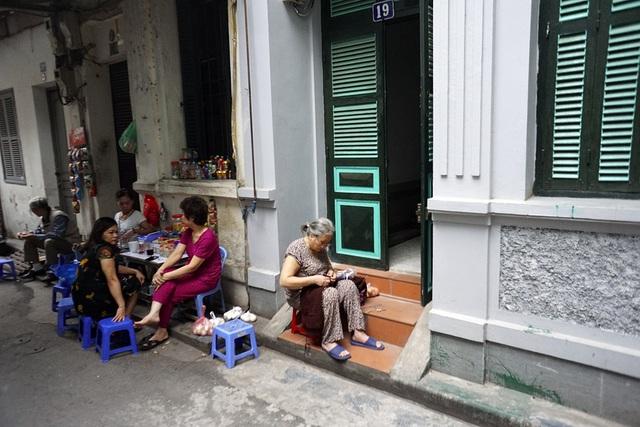 Nhịp sống trên phố cổ Hà Nội dường như chậm lại.